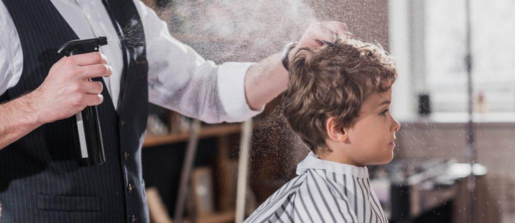 طفل يقص شعره