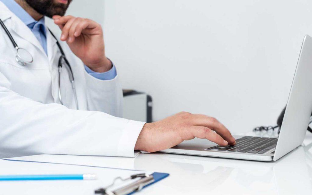 طبيب يستخدم الحاسوب