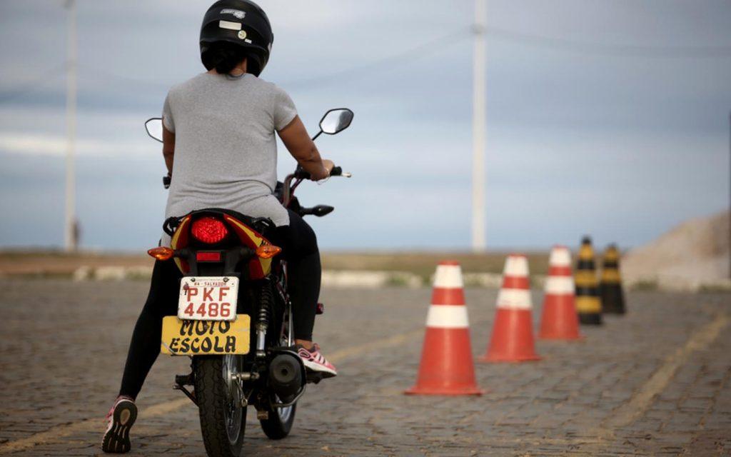 شخص يقود دراجة نارية