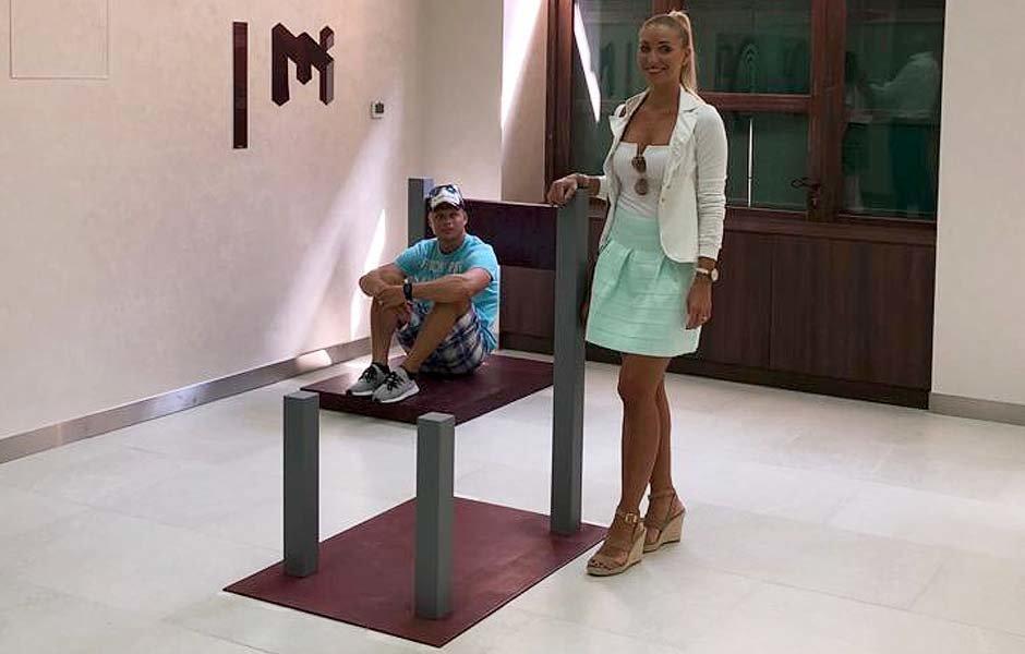 """الكرسي العجيب في متحف الغموض """"حقوق الصورة محفوظة لمتحف الغموض دبي"""""""