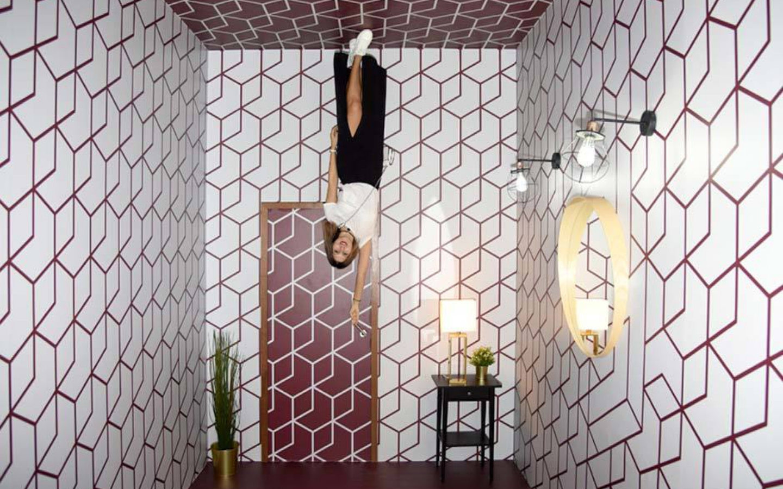 """الغرفة المقلوبة أحد الخدع البصرية التي توهم الجميع """"حقوق الصورة محفوظة لمتحف الغموض دبي"""""""