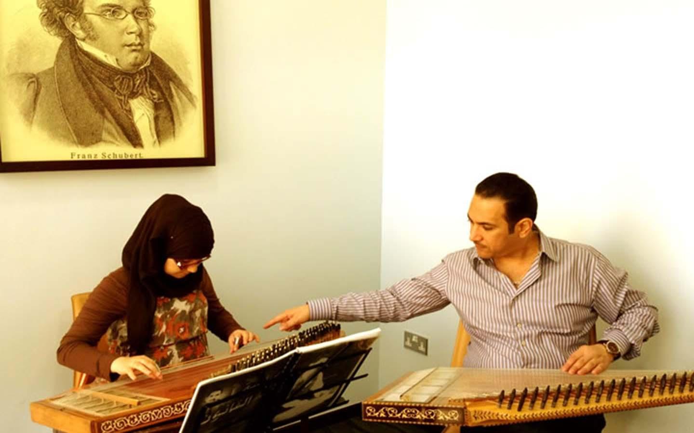 فتاة اثناء درس موسيقي