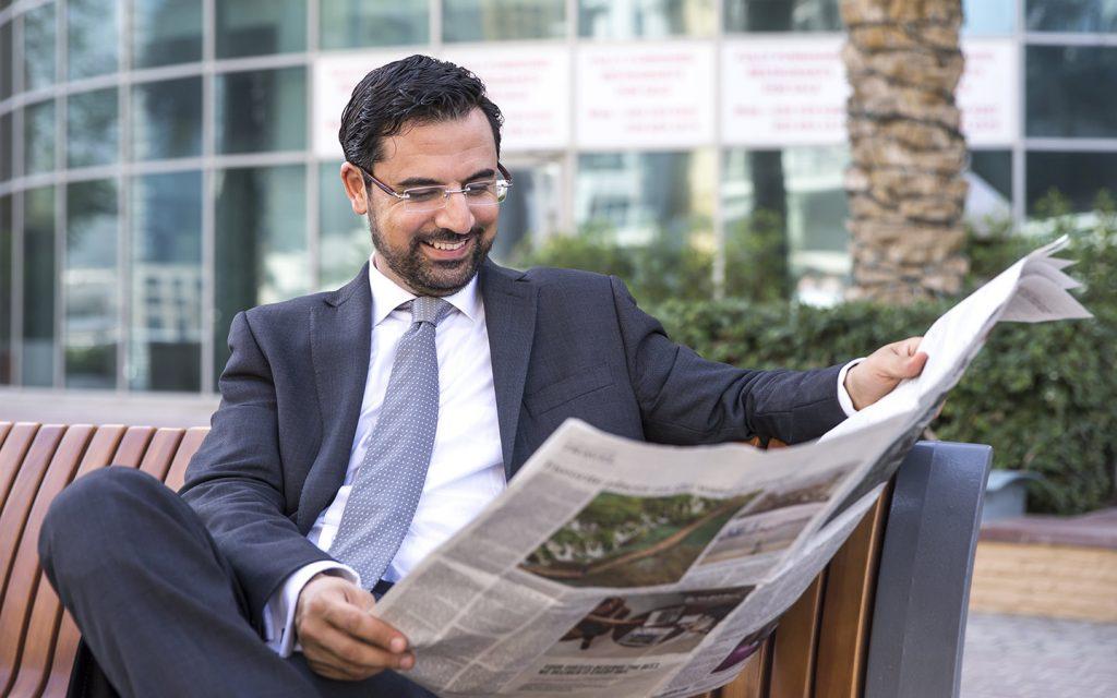 رجل يتصفح الجريدة
