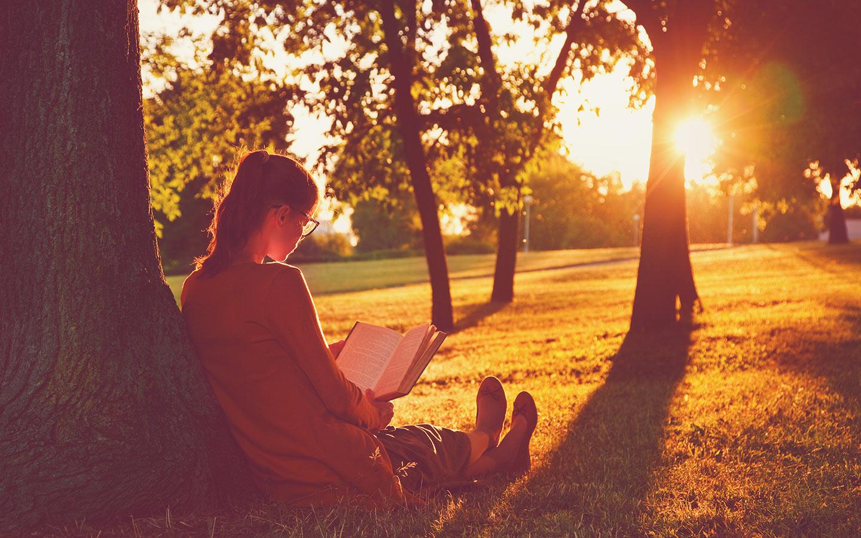 فتاة تقرأ كتاب