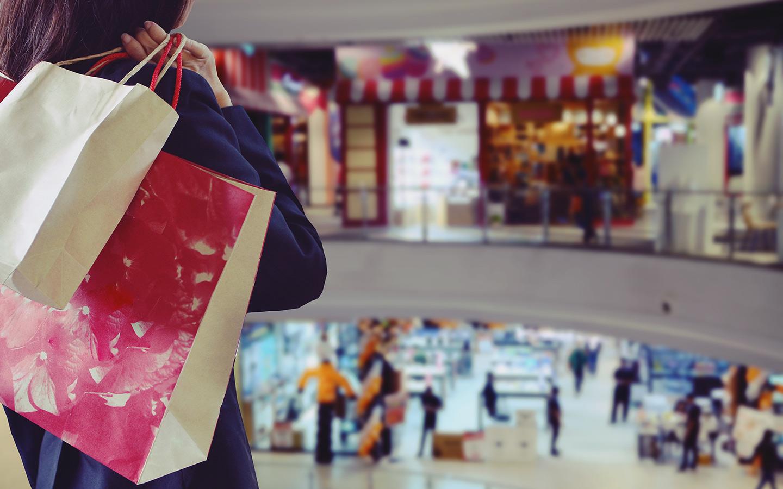 امرأة تتسوق