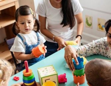 معلمة مع اطفال في حضانة