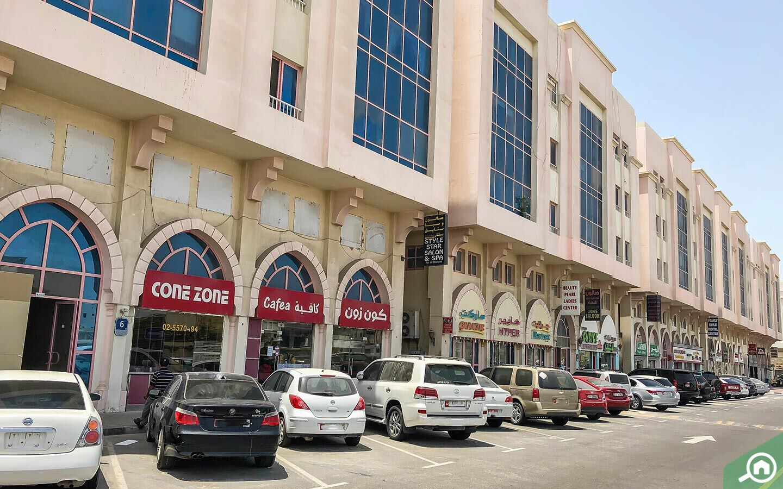 يضم مجمع مدينة خليفة أ كل متطلبات المعيشة من مستشفيات ومطاعم ومحلات بقالة وغيرها