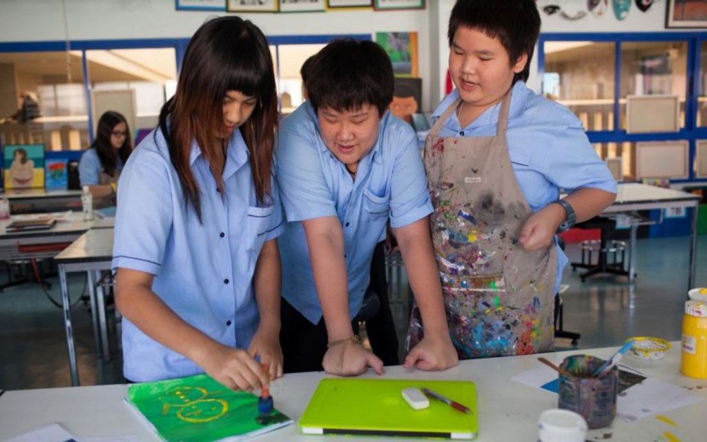طلاب يرسمون