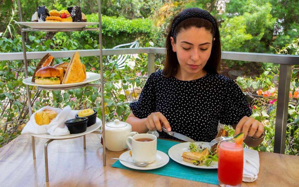 فتاة تتناول الفطور