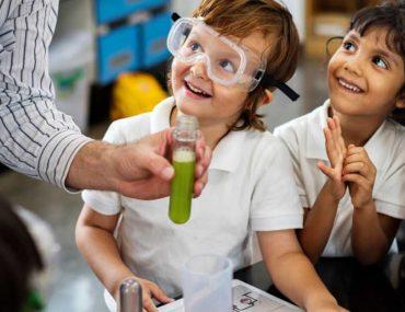 أطفال في مختبر المدرسة
