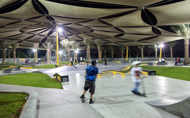 أطفال يتزلجون