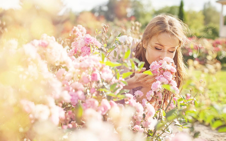 فتاة تشم الزهور