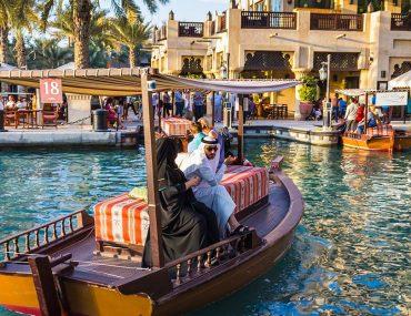 زوجين على قارب