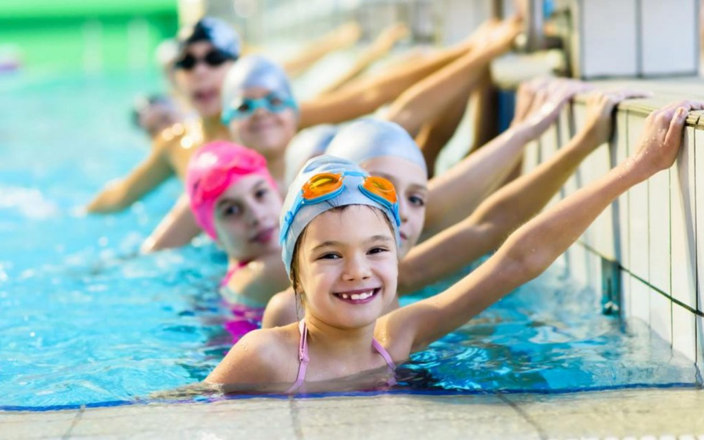 أطفال يسبحون