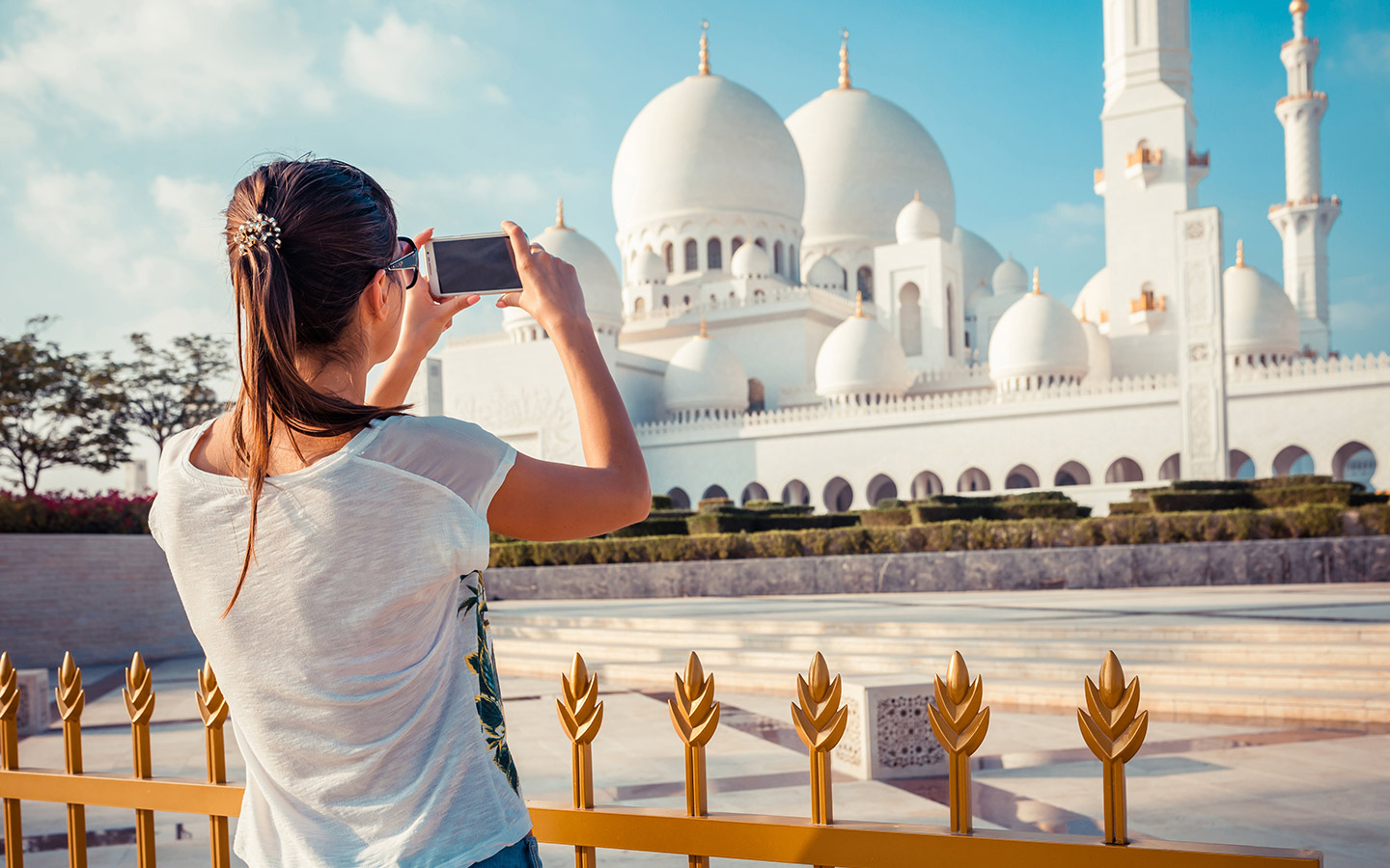 Tourist clicking a picture of Sheikh Zayed Mosque in Abu Dhabi