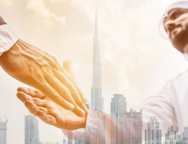 An Emirati man shaking hands with a Taw-seel customer after completing the job