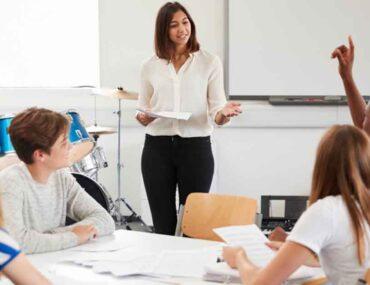 معلمة وطلاب