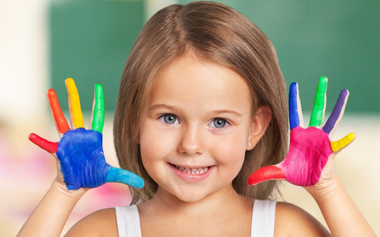 طفلة ويد ملونة