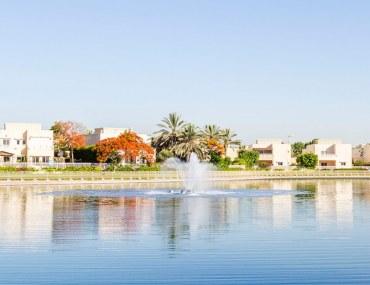 Lake and villas in The Meadows Dubai