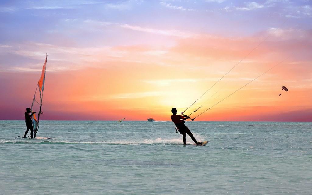 ممارسة الرياضات المائية المتنوعة على ساحل الإمارة