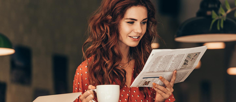 فتاة تقرأ الصحيفة