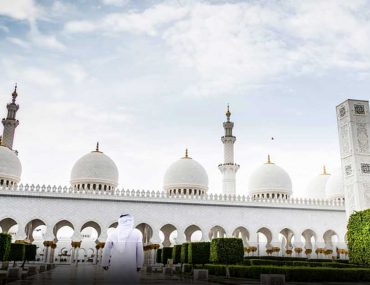 worshippers going to Sheikh Zayed Grand Mosque