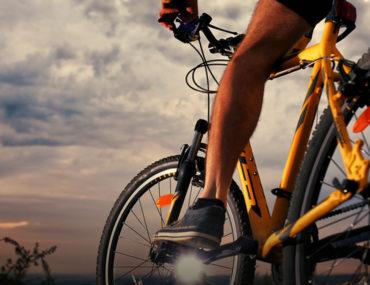رجل على دراجة