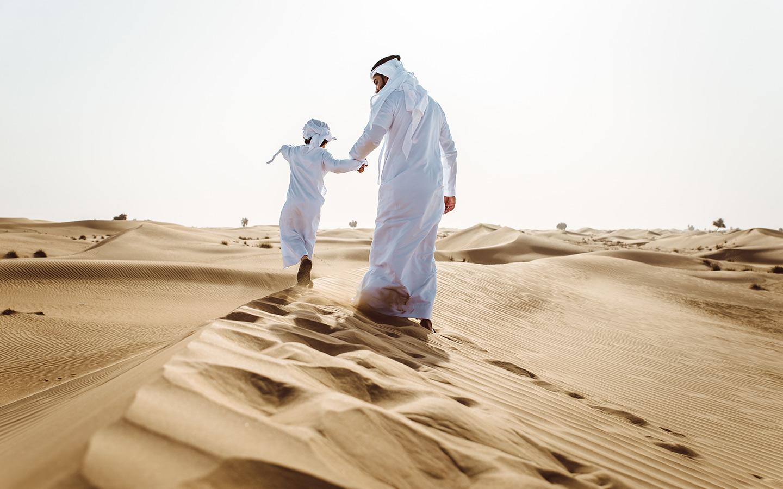 أب إماراتي مع إبنه