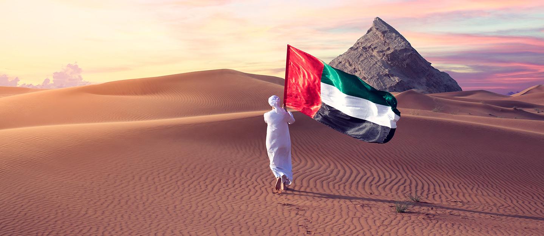 شخص يحمل علم الإمارات
