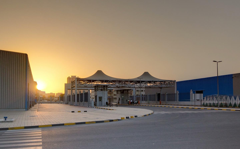 العديد من المصانع في المنطقة الحرة في عجمان