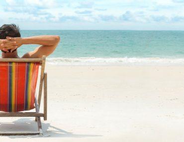 شخص يجلس على شاطئ
