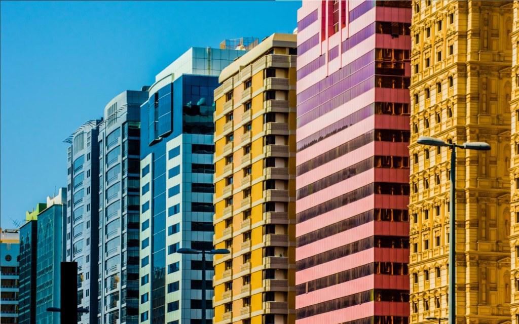 أبنية سكنية بألوان زاهية في أبوظبي