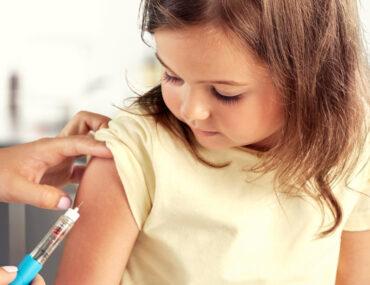 تطعيم طفلة