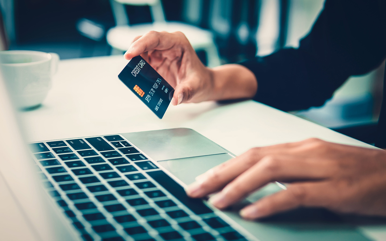 بطاقة بنك وكمبيوتر
