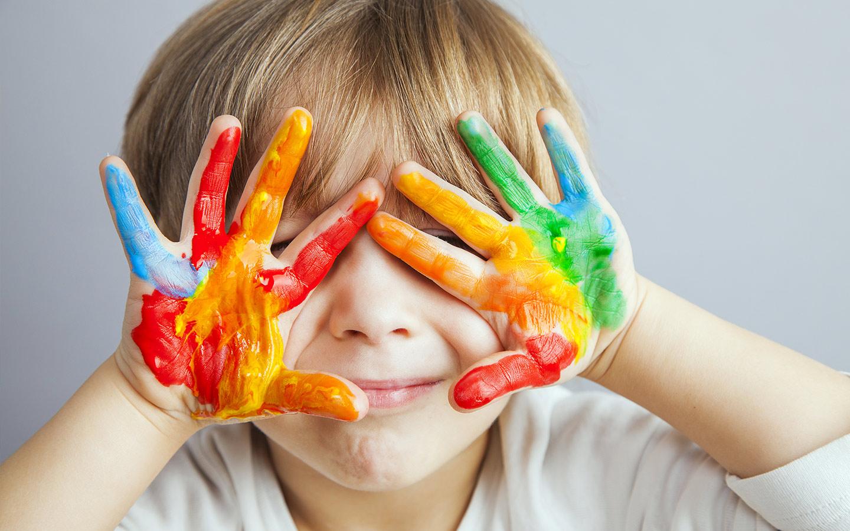 طفل يلعب بالألوان