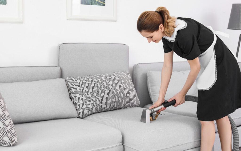 امرأة تنظيف الأريكة