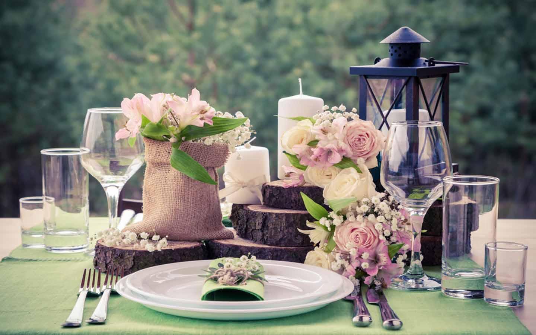 طاولة مزينة باللون البنفسجي