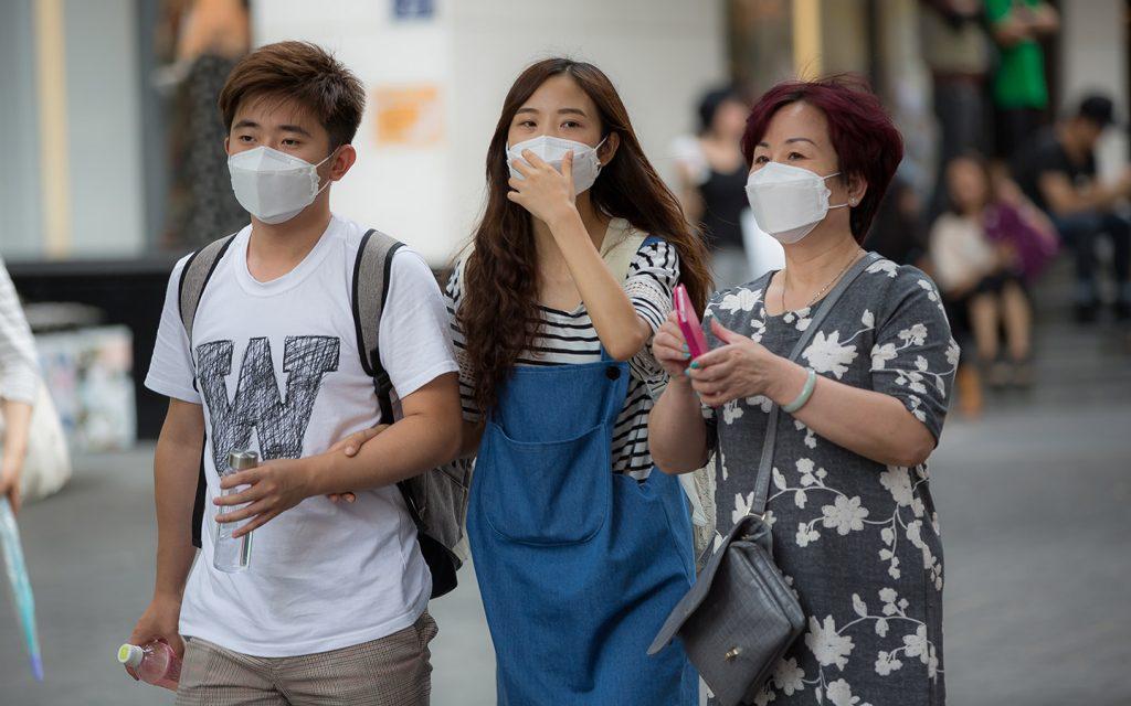أشخاص يرتدون أقنعة للحماية من الفيروسات