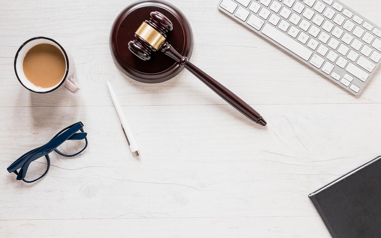 مكتب مع مطرقة محكمة ونظارات