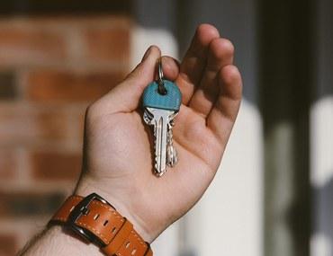 يد تمسك مفتاح