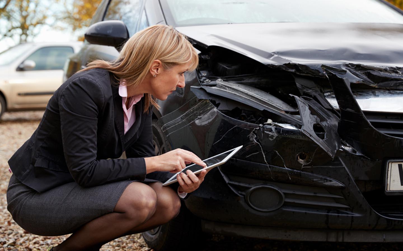 موظفة شركات تأمين السيارات