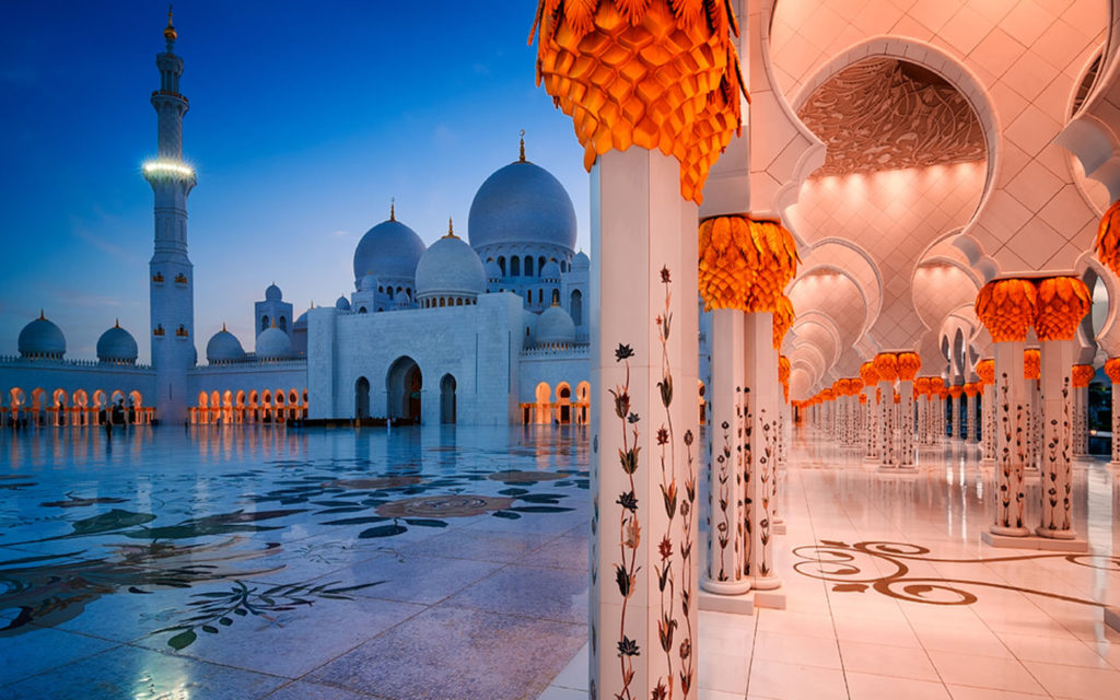 domes, minaret and pillars in Sheikh Zayed Grand Mosque