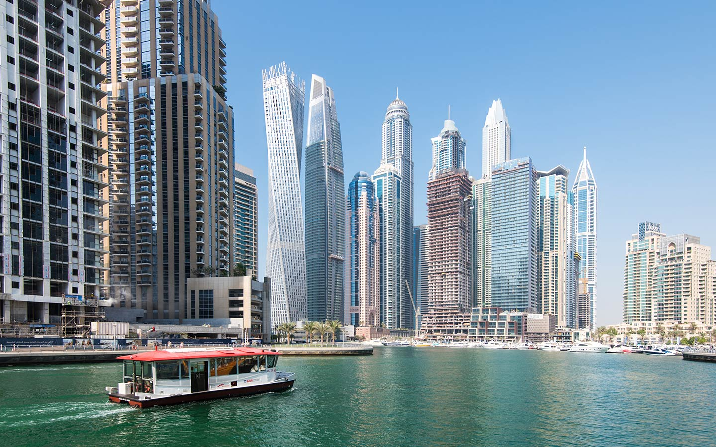 يعتبر الباض المائي، وسيلة نقل مريحة وآمنة عبر خور دبي
