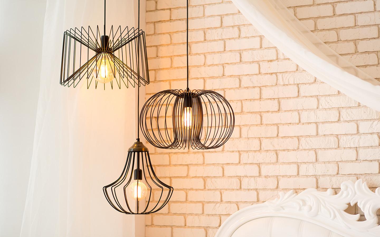تكمن عملية تغيير الإضاءة عن طريق وحدات الإضاءة الفردية أو المركزية التي تعلق بالسقف
