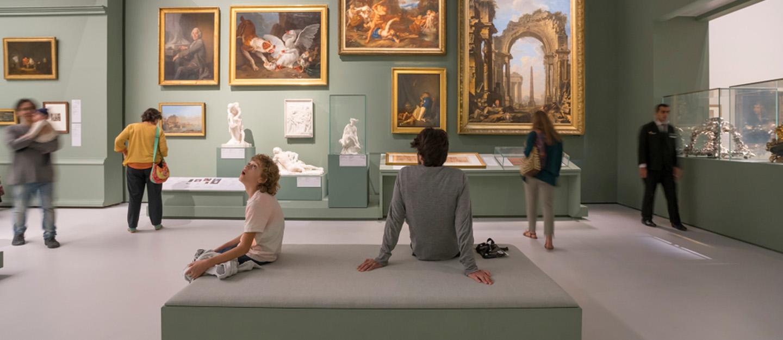 مجموعة من الاشخاص داخل متحف