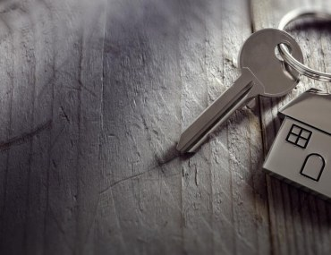 Image of keys against table, for leasehold vs freehold property