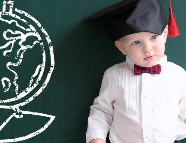 طفل يرتدي ملابس خريج