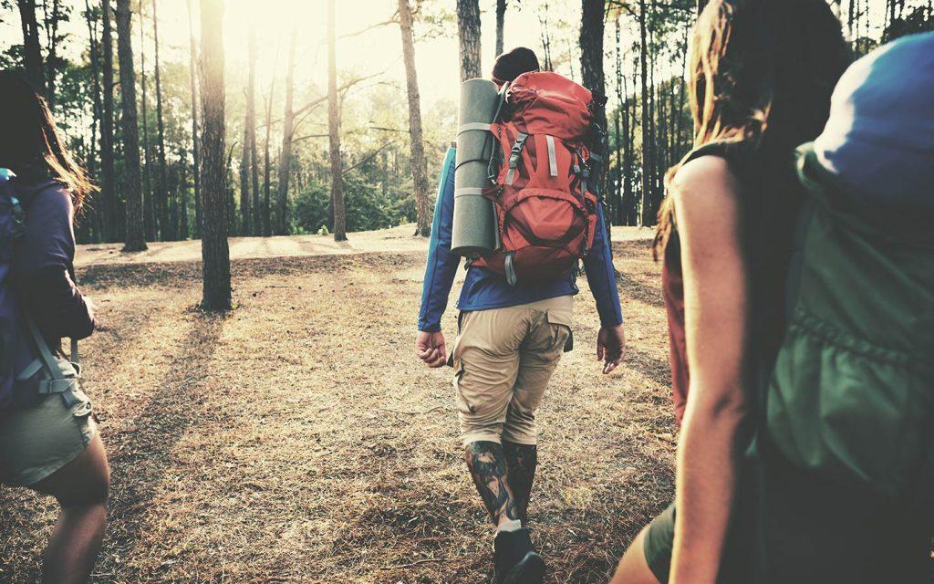أشخاص يقومون برحلة تخييم