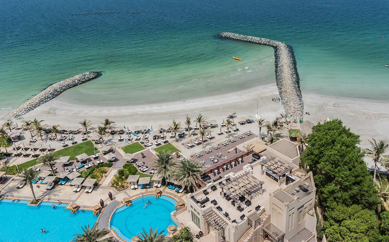 إحدى فنادق عجمان العالمية المطلة على ساحل مياه الخليج العربي