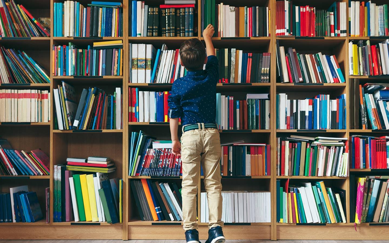تشتمل مكتبة منتزه خليفة على حوالي 50 ألف عنوان لكافة التخصصات وباللغتين العربية والإنكليزية
